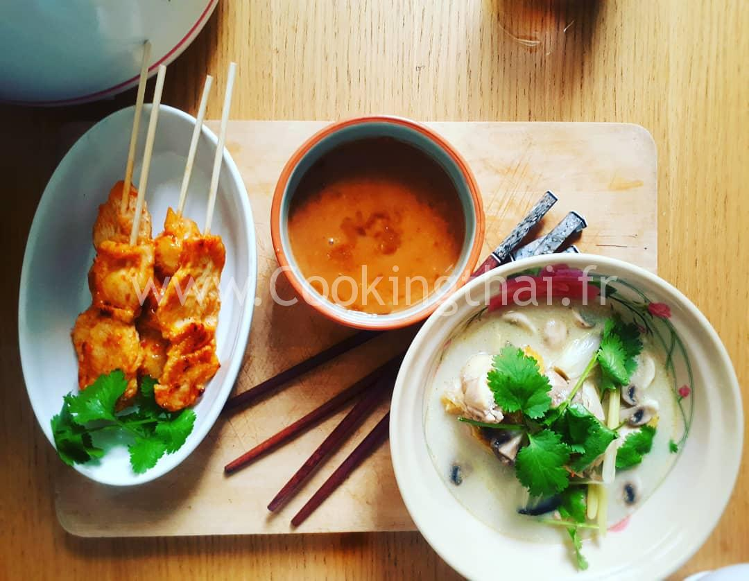 Soupe de poulet au lait de coco et galangal, citronelle