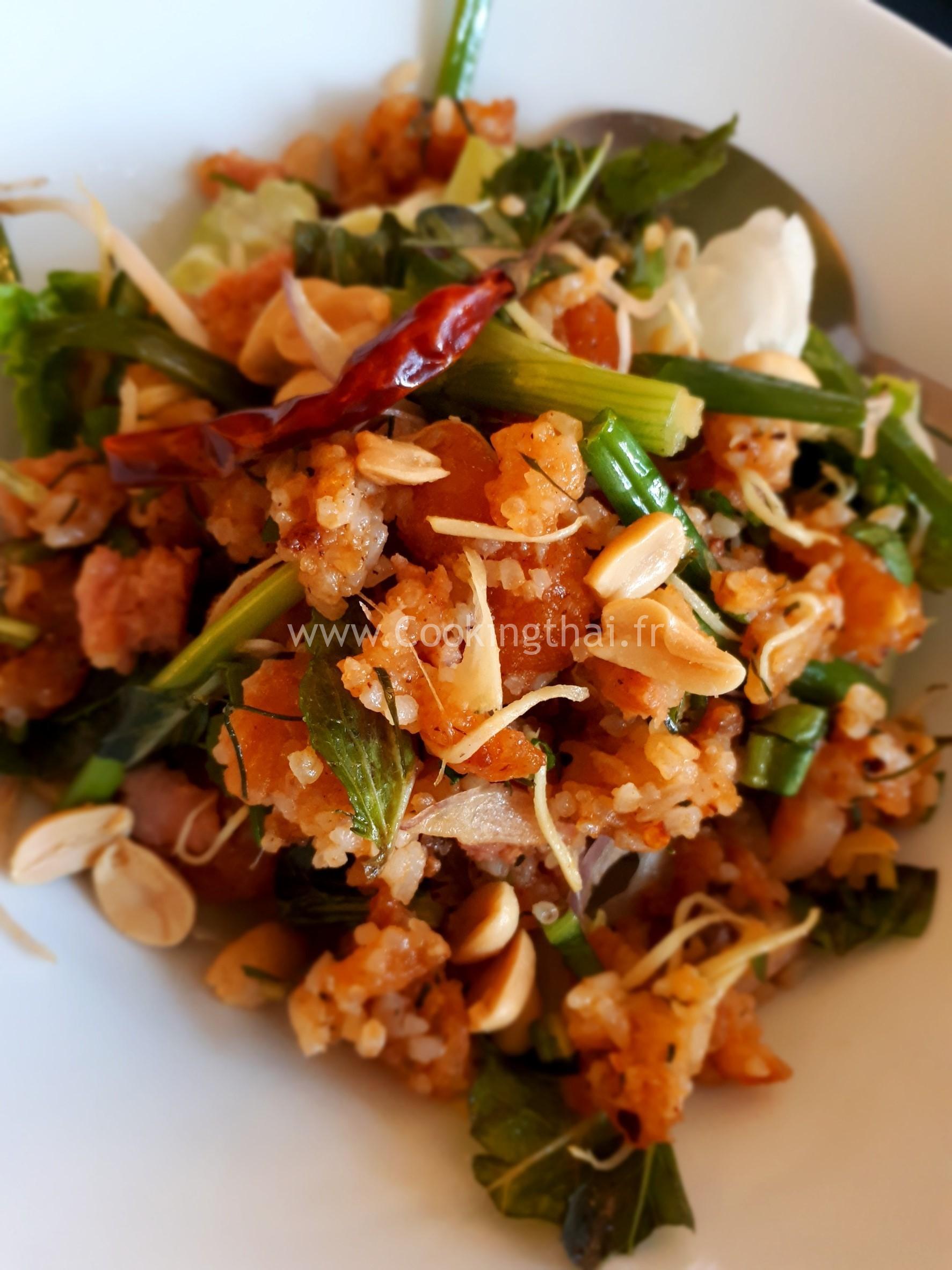 Salade de galette de riz frit au gingembre
