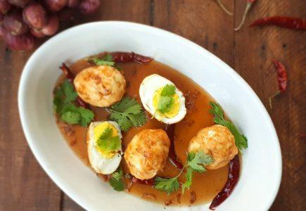 oeufs frits avec sauce tamarin sucrée salée et échallotes croustillanttes