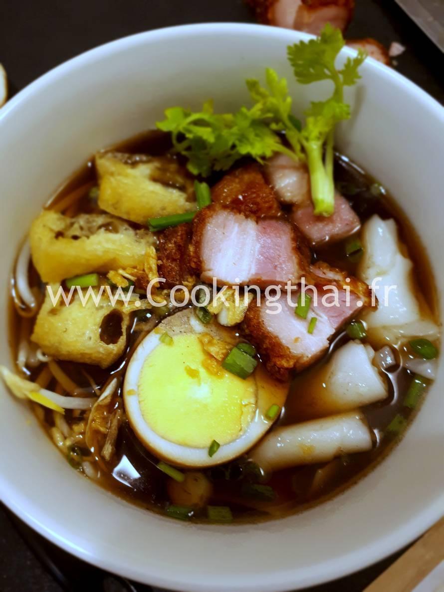 Soupe de nouilles aux 5 epices façon chinoise avec oeuf, porc croustillant et tofu frit